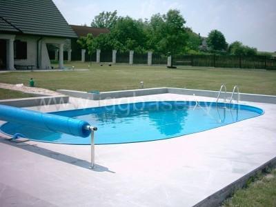 basen ogrodowy z drabinką woda zieleń