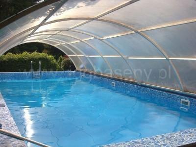 basen ogrodowy z drabinką zasłonięty