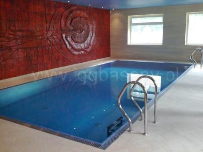 basen wewnątrz budynku drabinka