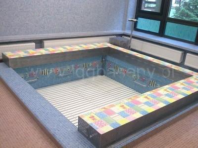 basen wewnątrz budynku kolorowe płytki