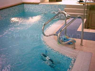 basen wewnętrzny poręcze woda płytki