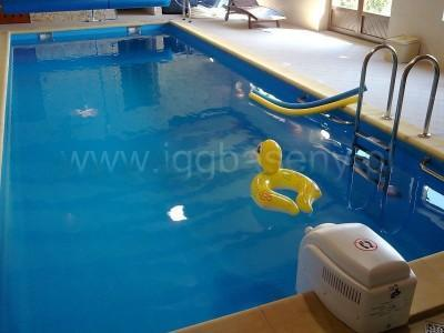 basen z drabinką woda leżak