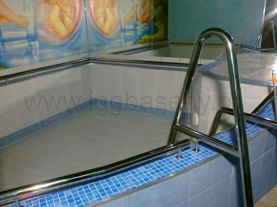 pusty basen z drabinką