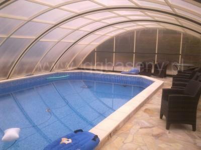 zadaszony basen woda fotele materac do pływania
