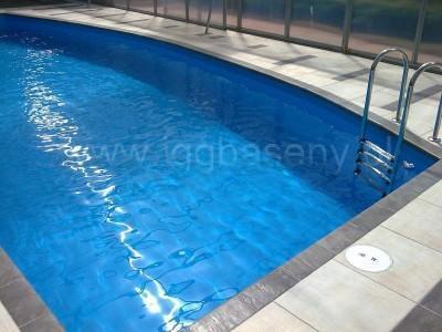 zadaszony basen z drabinką woda
